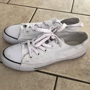 White canvas low top shoes